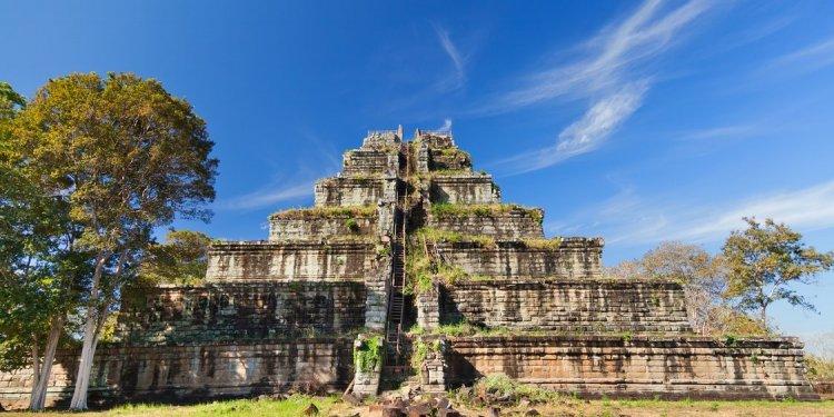 CE7J30 Ancient khmer pyramid